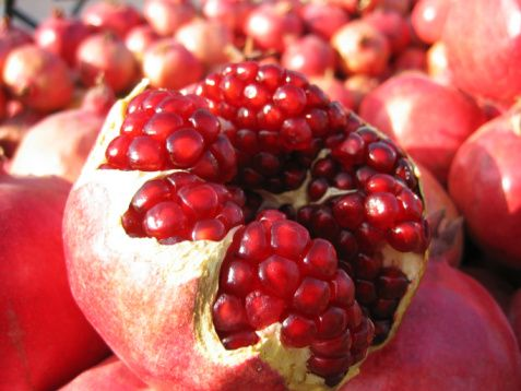 Nar  Minik, kırmızı, aynı zamanda çok güçlü anti-oksidan aktivite gösteren tanelere sahip olan nar, C vitamini ve folat kaynağıdır. Nar suyu, kırmızı şaraptan daha yüksek bir anti-oksidan kapasitesine sahiptir. 100 ml. nar suyu, 100 ml. kırmızı şaraba veya 100 ml. yeşil çaya göre 2-3 kat daha fazla anti-oksidan kapasite gösterir. İçeriğinde bulunan besin öğeleriyle kolesterolü düşürür, kalp sağlığını korur ve anti-oksidan içeriğinin gücüyle de kansere karşı koruyucu etki yaratır.