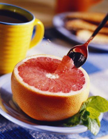 Greyfurt  Greyfurt, C vita- mininin mükemmel bir kaynağıdır ve   bağışıklık sisteminin desteklenmesinde yardımcıdır. Soğuk algınlığı semptomlarını azaltmaya yardımcıdır. Günlük C vitamini ihtiyacının yüzde 75'den fazlasını almanızı sağlar. Portakala göre biraz daha keskin tadı olan greyfurt salatalara, taze meyve sularının içinde ve avokadoyla birlikte kullanılabilir.   Diyet lifi, A vitamini, potasyum, folat ve B5 vitamini için iyi bir kaynaktır. Likopenin önemli bir kaynağı olan greyfurt, anti-tümör aktiviteye sahiptir ve hücreye zarar veren serbest radikallere karşı savaşta yüksek kapasiteye sahiptir. Greyfurt çözülebilir lif olan pektin içerir, kolesterolü  düşürücü etkisi vardır.