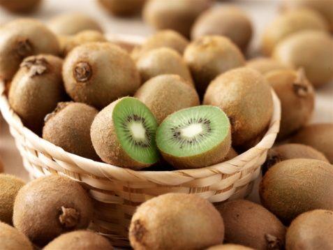 Kivi  Kivi, portakaldan daha  yüksek C vitaminine sahiptir.  100 gramında ortalama   100-400 mg. C vitamini bulunur. C vitamini içeriği yüksek meyve tüketen bireylerde solunum sistemi hastalıkları görülme oranı daha düşüktür. Ayrıca magnezyum içeriği bakımından da en zengin, yüksek potasyum miktarı ve düşük sodyumla meyveler arasında ön sıralarda yer alan kivi, E vitamini, bakır, fosfor, B2 vitamini ve A vitamini bakımından da iyi bir içeriğe sahiptir.