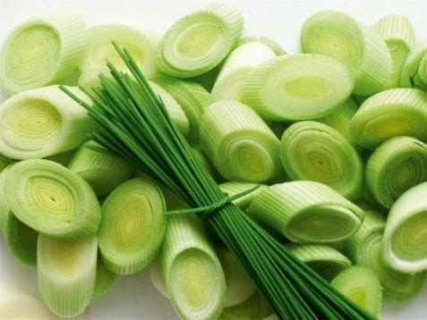 Pırasa  Pırasa, sarımsak ve soğan gibi allium sebzeler grubunda yer alır. Posa miktarı yüksek olduğu için bağırsak çalışmasına yardımcıdır. Manganezin çok iyi bir kaynağı olmakla birlikte, C vitamini, demir, folat ve B6'nın iyi bir kaynağıdır. Vücutta, oksidatif stresi ve inflamasyonu azaltıcı etki gösterir.  Kaynak: Milliyet/Dilara Koçak