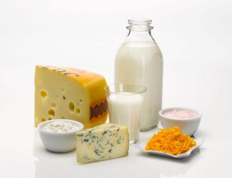 6- Güneş ve süt ürünleri şart:   Güneşten alınan UV ışınları ile deride sentezlenen D vitamininden sonbahar ve kış mevsiminde yoksun kalınır. Özellikle kemik ve diş gelişimi için önemli olan kalsiyumun vücutta kullanılmasını, depolanmasını sağlayan D vitamini gereksinimini karşılamak için güneş ışınlarından yararlanılabildiği ölçüde yararlanın, süt ve ürünlerini, balığı tüketin.  Kaynak: www.kadikoysifa.com