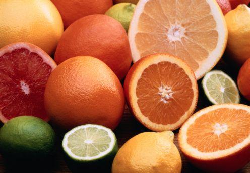 Hastalıklara karşı savunma sağlayan besinler nelerdir?   Sebze ve meyvelerde bulunan antioksidanlar (A, C, E vitaminleri ve selenyum gibi mineraller, oligosakkaritler, alkol ve fenol gibi bazı maddeler) hastalıklara karşı savunma mekanizmasını güçlendirir.   Bu aylarda maydanoz, kuşburnu, yeşil biber, limon, portakal, greyfurt, kivi ve brokoli C vitamininden; ayçiçek yağı, zeytinyağı, fındık, badem, soya, ceviz ve fıstık türleri E vitamininden; havuç, ıspanak, brokoli, domates, pırasa, marul gibi turuncu, kırmızı, yeşil sebze ve meyveler beta karotenden zengin besinlerdir. Bağışıklık güçlendirici olarak bu sebze ve meyveler bol miktarda tüketilmelidir.