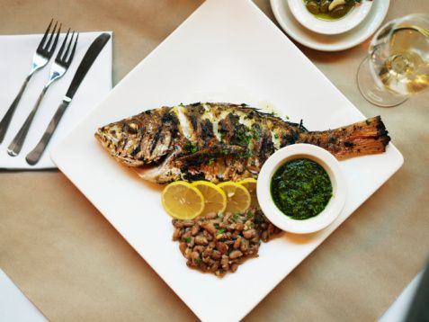 Daha fazla protein ve daha az yağ kullanımı bağışıklık sisteminin dostudur. Aşırı yağ bağışıklık sistemini baskılar. Bu nedenle beslenme düzeninde hayvansal yağlar yerine özellikle bitkisel yağlar tercih edilmelidir. Ayrıca balıkta yüksek miktarda bulunan omega-3 yağ asitleri de bağışıklık siteminin güçlenmesine destektir.