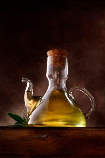 5- Sıvı yağ kullanın:   Soğuk hava nedeniyle hareketlerin azalması, buna ilaveten artan yağ tüketimi kilo artışlarına neden olur. Bu nedenle tereyağı ve margarin tüketimini sınırlandırıp, miktar kontrolü yaparak sıvı yağları kullanın.