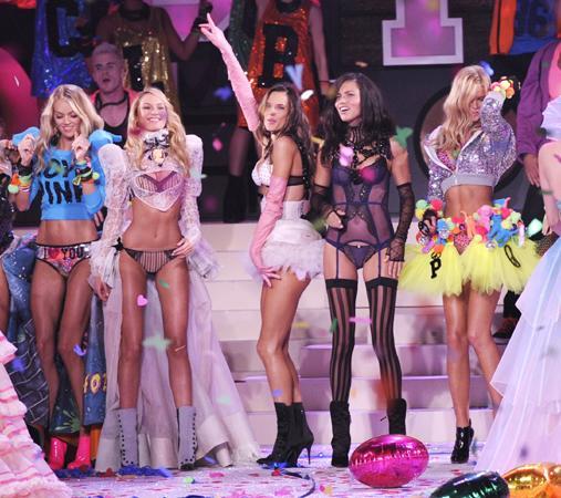 Victoria's Secret New York'taki defilesiyle yine adından söz ettirdi.