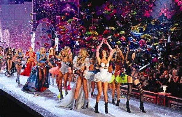Victoria's Secret'ın geleneksel yıllık defilesi, önceki gece New York'ta düzenlendi. 12 milyon dolara mâl olan defile yine karnaval havasındaydı.   Televizyonda 29 Kasım'da yayınlanacak defilede, aralarına Adriana Lima, Alessandra Ambrosio, Miranda Kerr, Candice Swanepoel, Anne Vyalitsyna, Erin Heatherton, Izabel Goulart ve Doutzen Kroes'un da bulunduğu 38 model podyuma çıktı. Defile Kanye West, Jay-Z, Maroon 5 ve Nicki Minaj'ın şarkılarıyla daha da renklendi.