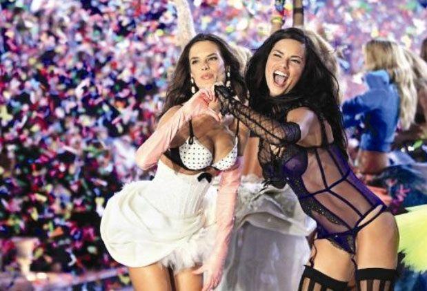 Meleklerin kalbi  Victoria's Secret defilelerinin vazgeçilmez yüzleri Alessandra Ambrosio ve Adriana Lima, objektiflere bu pozu verdi.