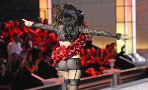 Kusursuz  Kusursuz vücudunu iddialı tasarımlarla sergileyen Adriana Lima, gecenin en sempatik ismiydi.