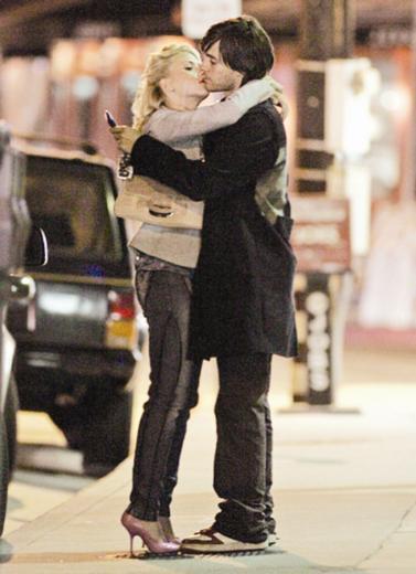"""İlk ünlü aşkı   Scarlett Johansson, henüz 19 yaşındayken """"İnci Küpeli Kız"""" filminde oynadı ve filmdeki performansıyla birçok ödüle aday gösterildi.   Güzel oyuncu, bu başarıdan sadece bir yıl sonra 30 Second to Mars grubunun solisti Jared Leto ile yaşadığı aşkla gündeme geldi."""