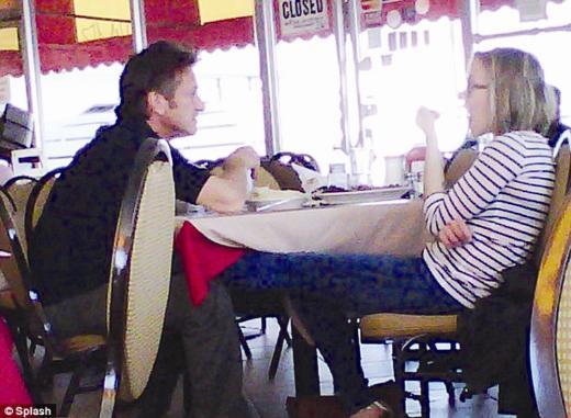 Ryan Reynolds'dan 2010 yılında ayrılan oyuncu, sonraki ilişkisiyle herkesi şaşırttı. Johansson'ın aşk defterindeki yeni isim usta oyuncu Sean Penn'di.   Sürpriz ilişki, bir restoranda çekilen, Johansson'ın bacaklarını Penn'in kucağına uzattığı fotoğrafla ortaya çıktı.