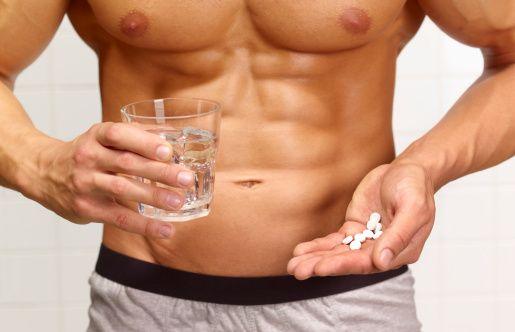 """Erkekler panik içinde bizi arıyor!  """"Kışa adım attığımız bu günlerde soğuk algınlığı ve grip vakalarının artması anti-gripal ilaçların kullanımını da arttırdı. Gribin etkilerinden bir an önce kurtulmak için bu tür ilaçları kullanmakta iken aniden erken boşalma gibi cinsel işlev yetersizliğiyle karşılaşan erkeklerin aklına kullandıkları ilaçların buna yol açabileceği gelmemekte ve bu erkeklerin bir kısmı panik içerisinde bize başvurmaktadır. Bu ilaçların büyük bir kısmı hekim tavsiyesi olmadan temin edilmektedir.   Hekimlerimizin reçete ettiği durumlarda ise ilaçların yan etkileri konusunda genellikle hastalar uyarılmamaktadır. Toplum olarak cinselliği rahat konuşamıyor olmamız hekimlerimizi de etkilemiştir. Dolayısıyla grip ilaçlarının cinsel işlevlerde geçici erken boşalma gibi değişikliklere neden olabileceği konusuna hiç girilmemektedir. Özellikle grip ilaçlarının içinde yer alan antihistaminikler ve dekonjestanlar erken boşalmaya sebep verebiliyor."""""""