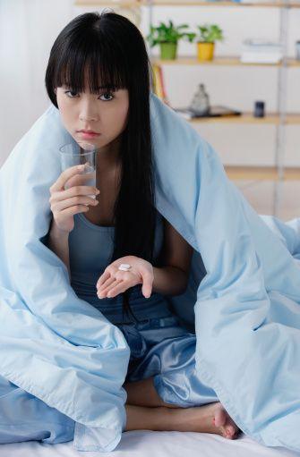 Vajinal kuruluk tehlikesi var!  Grip ilaçları sadece erkeklerin değil kadınların da cinsel hayatlarını olumsuz etkiliyor. Bu ilaçların kadınlarda görülen yan etkilerinden biri de vajinal kuruluk.   CİSED Genel Sekreteri Psikolog Serap Güngör'e göre, grip ilacı kullanan bir kadın, cinsel aktivite sırasında vajinal kuruluk yüzünden acı yaşayabilir. Ancak asıl sorun bundan sonra başlıyor. Kadının daha sonraki cinsel yaşantısında da aynı acıyı yaşama endişesi içine girebileceğine dikkat çeken Psk. Güngör, bu durumun cinsel isteksizliğe sebep olabileceğinin altını çizdi.