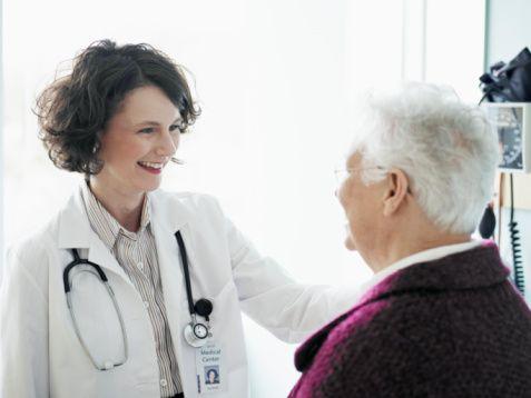 Tedavisi nasıl olmalıdır?  Tedavideki temel hedef mortalite (ölüm) ve morbidite (sakatlık) oranlarını azaltmaktır. Hedef 140/80 mmHg altı olmalı; eğer böbrek hastalığı ya da diyabet mevcutsa bu durumda 130/80 mmHg altı hedef alınmalıdır.Hipertansiyon ciddi ama tedavi edilebilir bir hastalıktır.  Tedavi edilmezse kalp, beyin, böbrek, göz gibi organlarda istenmeyen durumlara sebep olabilir, tedavisi ömür boyu sürmelidir, İlacı sadece bulgular ortaya çıktığı zaman değil sürekli kullanılması gerekmektedir.Kan basıncı düşünce ya da şikayetler kaybolunca tedavinin bırakılmaması gerektiği unutulmamalıdır.  İlaçların bağımlılık yapmayacağı, genel önlemlere uyulmazsa ilaçların yetersiz geleceği eğer hasta üzerine düşen görevleri yapmazsa doktor doktor gezmesinin ona hiçbir fayda sağlamayacağı anlatılmalıdır