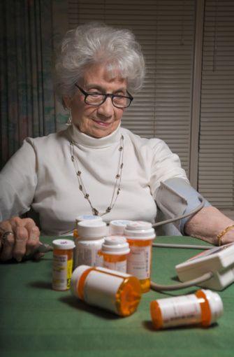 İlaç (farmakolojik tedavi) :   Hastanın yaşına eşlik eden diğer hastalıklarına uygun değişik grup ilaçlar ile hekim hipertansiyonu tedavi etmeye çalışır. Yapılan çalışmalarda en az 2- 3 ilacın gerektiği belirlenmiştir. İlaç kullanmaya rağmen tansiyonda düşme sağlanamazsa buna dirençli hipertansiyon denir. Bu durumda ilaç kullanmak en azından kardiovasküler mortalite ve morbiditeyi azaltmaktadır.  Kaynak: Milliyet