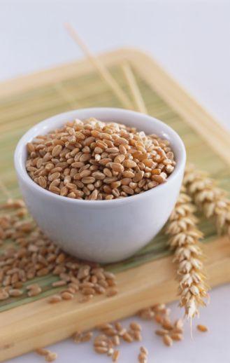 """Rafine buğdaydan üretilen ekmeklerde saf nişasta ve glüten kısmı vardır. Yani buğdayın en besleyici kısmı atılır. Normal kepek ekmekte ise rafine edilmiş beyaz una kepek eklenir. """"Tam buğday unu""""ndan kastedilen, buğdayın tamamının ekmekte kullanılmasıdır.   Tam buğday unundan yapılan ekmek, sinir hücrelerinin iyi çalışması ve beyni etkileyen toksik maddelerin vücuttan atılmalarında önemli görevi olan B grubu vitaminlerinin de çok iyi bir kaynağıdır."""