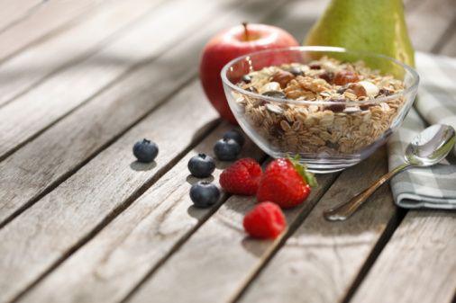 Bunun için armut, elma (kabuklu), incir, portakal başta olmak üzere 5-6 meyve, 3-4 porsiyon sebze, 1 porsiyon kuru baklagil yemeği ve bulgurdan oluşan bir tahıl yemeği,  5-6 dilim tam buğday ekmeği tüketilmelidir.