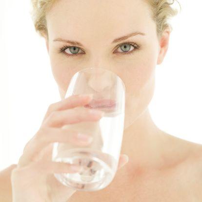 Su: Günde 6-8 bardak su için. İdrarınız koyu ise yeteri kadar su içmiyorsunuz demektir. İçtiğiniz su  aşırı soğuk olmasın. Kaynak suyunu için. Şebeke suyunu mümkünse içmeyin (klorlu !).   Klor, mikropları öldürmek için suya konulur.  Fakat kanser de yapabilir. Şebeke suyunu musluktan aldıktan sonra en az bir saat dinlendirirseniz kloru uçar. Filtre edilmiş şebeke suyu içilebilir, fakat kaynak suyunun yerini tutmaz.   Yemekle birlikte su içmeyin, çünkü bu su sindirim sıvılarını seyrelterek etkilerini azaltır. Yemekten yarım saat önce veya sonra su içebilirsiniz. Uykudan önce bir ya da iki bardak su içilmelidir.