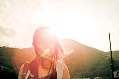 Güneşlenme: Güneşli havalarda en az yarım saat (gözlüksüz olarak) güneşe maruz kalınmalı (kışın tercihen 11.00-13.00 arası). Güneş ışınları daha rahat uyumanızı sağlar, depresyonu azaltır ve D vitamini sentezini artırır.   D vitamini kemik hastalıklarına, romatizmal hastalıklara, kansere (deri kanseri dahil!) ve çeşitli müzmin hastalıklara karşı koruyucudur. Yazın mayo ile güneşlenirken başlangıçta güneşte fazla kalmayın (özellikle 11.00-13.00 arası). Dengeli şekilde yanın, haşlanmayın! Tatile çıkmadan önce depo şeklinde alınan D vitamini ampulü derideki yanmayı azaltır.
