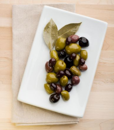 Zeytin: Mümkün olduğunca tuzu çıkartılmalı. Sele zeytininin tuzu daha rahat çıkıyor. Daha çok yeşil zeytin tercih edilmeli.