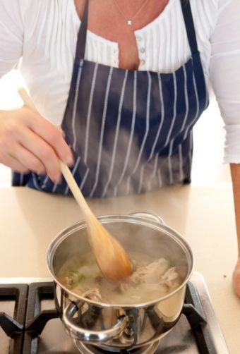 Pişirme: Yemekler kendi suyunda ağır ağır pişirilmeli (buğulama ve güveçte pişirme tercih edilmeli).  Hızlı pişirme yöntemleri (kızartma, ızgara, mikrodalga gibi) sakıncalıdır. Toprak kap, çelik kap ya da kalaylı bakır kapları tercih edin. Teflon ve alüminyum kap kullanmayın. Sıcak yemekleri alüminyum folyo ve streç içinde saklamayın.   Dondurulmuş yiyecekleri fazla tüketmeyin.  Pişirme sularını atmayın (baklagiller hariç). Konserve yiyecekleri ise mümkünse hiç yemeyin.
