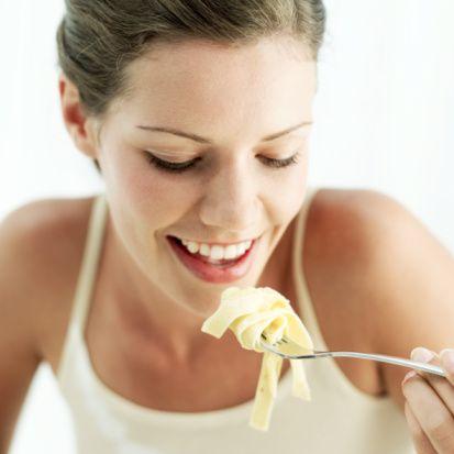 Yemek yeme sıklığı: Diyet başlangıcında, kan şekeri düşebileceği için daha sık yemeli. 1-2 hafta içinde insülininiz terbiye olur ve günde 3 öğün yemek (çocuklar için 4-5 öğün) yeterli olur.  Lokmaları iyice çiğneyin! Sabah kahvaltılarını kuvvetli yapın; akşam yemeği hafif olsun. Yemek miktarlarını yaklaşık şöyle bölümleyin. Sabah :(3), öğle:(2), akşam: (1) ya da Sabah (2), kuşluk (1). Öğle(1), ikindi (1), akşam:(1). 19.00-20.00'den sonra mümkünse yemek yemeyin, Tok karnına uyumayın.   Herhangi bir yiyeceği yedikten 0.5-2 saat sonra o yiyecek midenizi bulanıyor, karnınızı ağrıtıyor, rahatsızlık hissi uyandırıyorsa, yorgunluk hissetmenize yol açıyorsa ya da karnınızı çok çabuk acıktırıyorsa (şeker düşüklüğü !) o yiyeceği azaltın ya da hiç yemeyin (Vücudunuzun sesini dinleyin !)