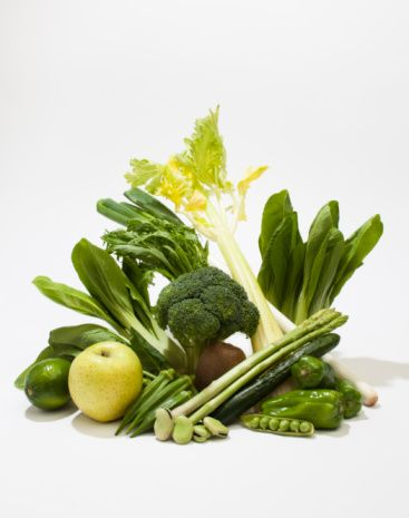 Sebzeler ve yeşil yapraklılar: Her çeşidi yenilebilir.  Daha çok çiğ tüketilmeli. Koyu yeşil yapraklılar K vitamini, kalsiyum ve magnezyumdan zengindir (kemik erimesinin önlenmesi!) ve ayrıca omega-3 yağ asidi içerir. Doğal yetiştikleri için yabani otlar (ebegümeci, kuzukulağı, ısırgan otu, semizotu, labada vb) mükemmel. Semizotu sebzeler içinde en önemli omega-3 kaynağıdır.    Patates: yüksek şeker içerdiğinden yenilmemeli.