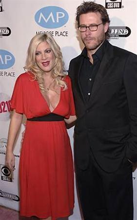 Twitter'da eşinin çıplak göğüslerini paylaşan Dean McDermot magazin basınında alay konusu oldu.