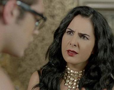 ASLINDA HOŞLANIYOR AMA... Umutsuz Ev Kadınları dizisinin Zeliş'i de seyirciyi bazen kızdıran bazen güldüren karakterlerden.