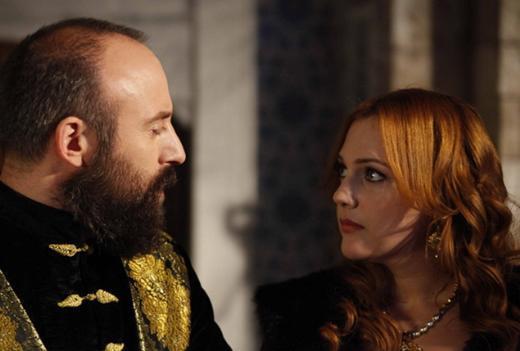 SARAY ENTRİKALARI  Bir süre önce yapılan bir ankette seyircinin en çok nefret ettiği karakterler listesine ikinci sıradan girdi Hürrem Sultan.