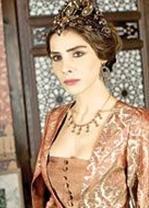 Aşık olduğu Kanuni Sultan Süleyman'ın gözünden düşen Mahidevran Hürrem Sultan'dan bunun acısını çıkarmaya çalışıyor.