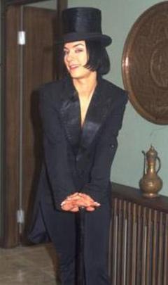 EKRANIN EN KIDEMLİ KÖTÜLERİNDEN  Televizyon ekranlarının çok sevilen ilk kötü kadın karakterlerinden biri Yasemin Saylan&dı. Kara Melek adlı dizide Sanem Çelik canlandırdı.