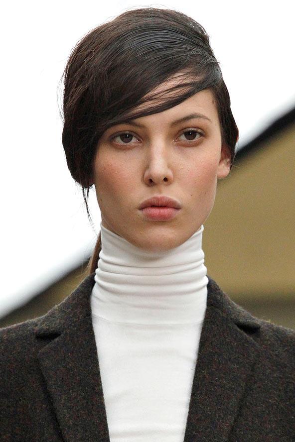 Üçüncü görünüm: Yarısı aşağıda, yarısı yukarıda Neden ille de birini tercih edesiniz ki; saç tasarımcıları sağ olsun, kat kat kesimler ve yeni modeller sayesinde bize yeni bir seçenek sunuyorlar.