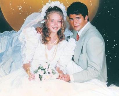 """Gösteri dünyasının renkli simalarından Yeliz Yeşilmen ilk evliliğini henüz 15 yaşındayken yaptı. Bir yıl sonra boşanan Yeşilmen, """"Adanalı Lolita"""" lakabıyla başladığı kariyerini ileri noktalara taşıdı."""