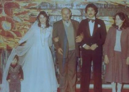 Hülya Avşar ilk evliliğini 16 yaşındayken Mehmet Tecirli ile yaptı.