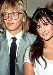 Demi Moore hala soyadını taşıdığı Freddie Moore ile evlendiğinde 18 yaşındaydı. Ondan boşanıp uzun süre Bruce Willis ile evli kaldı.