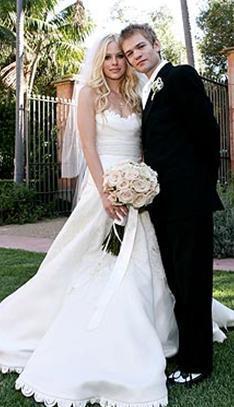 Avril Lavigne 21 yaşındayken Dercyk Whibly ile dünyaevine girdi. Çift nikah masasına oturduğunda Whibly 41 yaşındaydı.