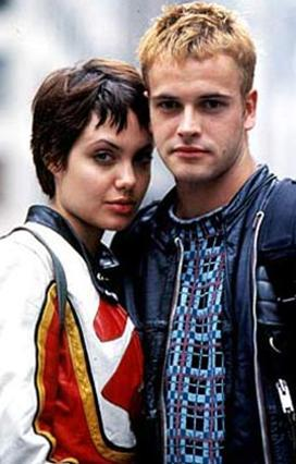 Angelina Jolie, 1996 yılında henüz 21 yaşındayken Hackers'taki ro arkadaşı Johnny Lee Miller ile evlendi.