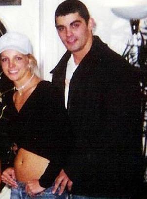 Britney Spears Jason Alexander ile evlendiğinde 23 yaşındaydı. Evlilikleri 50 saat sürdü.