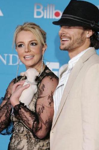 Spears yine aynı yıl Kevin Federline ile evlendi. Ama evlilikleri uzun sürmedi.