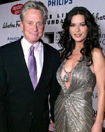 Şu anki eşi Catherine Zeta Jones ile evlenirken 55 yaşındaydı.