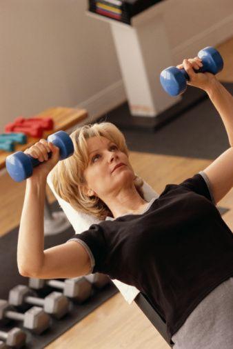 İleri yaşlar için kaslar en büyük dostunuzdur. Ağırlık Antrenmanı sürenizi ve seviyenizi artırın:   Yaş ilerledikçe ağırlık egzersizlerinin önemi artıyor. Kas, yaşı ilerleyen yetişkinlerin adeta gerçek dostu. Vücudunuzdaki kas oranı arttıkça metabolizma hızınız da artıyor ve dinlenik vaziyetteyken de daha fazla kalori yakabiliyorsunuz. Tabii yağa oranla vücudunuza kazandırdığı estetik görünümden bahsetmeye gerek dahi yok.   Ağırlık egzersizi aynı zamanda kemik hacminizi artırır, sakatlanmaları ve kemik erimesini önlemeye yardımcı olur. Spor salonunuzda alt ve üst vücut için ağırlık egzersizleri yapmayı ihmal etmeyin.