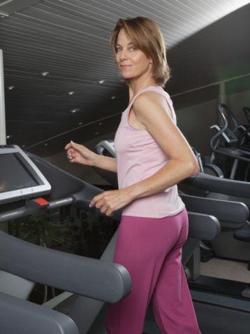 Kalori, kalp atışı, direnç seviyesini en doğru şekilde hesaplayan egzersiz cihazlarını tercih edin.   Koşu, yürüyüş gibi egzersizlerde nabzın bir seviyede tutulması ve kontrollü şekilde artırılıp azaltılması egzersizin faydalı geçmesinde belirleyici oluyor.   Nabzın doğru ölçümü, bir sorun esnasında cihazın size yardımcı olması, yaktığınız kaloriden uygulanan dirence kadar verileri en sağlıklı biçimde iletmesi için Life Fitness koşu bantlarından faydalanabilirsiniz. Bu akıllı makineler çalışmanın herhangi bir kesintiye uğradığında kendiliğinden durur, nabzınızı bulundurmanız gereken seviyede egzersizinizi hazırlar, antreman sonrası aldığınız yolu, yaktığınız kaloriyi gösterir.