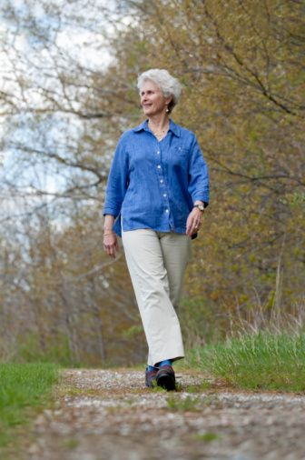 Bölgesel yağların artışı hormon sisteminizin hediyesidir. Uzun yaşamak istiyorsanız göbeğinizdeki yağı azaltın:   Hormon sistemindeki değişimlerin de etkisiyle 40'lı yaşlar genellikle kendinizi daha kalın hissetmeye başladığınız yaşlardır. Cardioda daha fazla vakit geçirerek toplamdaki yaktığınız kaloriyi fazlalaştırmaya çalışın. Koşu bandında 10 – 20 dakika fazla durmak, akşam yürüyüşleri yapmak gibi fırsatları değerlendirin. Kalori yaktıkça programınıza karın egzersizleri de ekleyebilirsiniz.