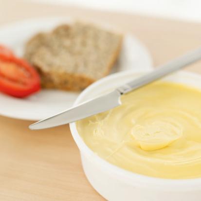 Margarin her yaş grubu için sağlıklı bir enerji kaynağıdır  Yağların insanların beslenmeleri için gerekli üç ana besin maddesinden biri olduğunu belirten Hacettepe Üniversitesi Beslenme ve Diyetetik Bölüm Başkanı  Prof. Dr. Tanju Besler, Türkiye'de margarin sanayisinin kamu sağlığını gözeten bir çerçevede üretim yaptığının bağımsız bilimsel kuruluşlar tarafından yapılan testlerle kanıtlandığını görmekten mutluluk duyduğunu ifade etti.   Prof. Besler, margarinin sağlık yararlarından söz etmenin mümkün hale geldiğini belirterek sözlerini şöyle sürdürdü: