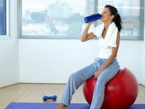 5. Egzersizden sonra, kaybettiğiniz enerjiyi yeniden almaya ihtiyacınız olabilir. Ama dikkat etmezseniz, egzersizi boşuna yapmış olursunuz.  Egzersizi daha fazla yemek için bir araç olarak görmeyin. Egzersiz öncesi iyi beslenmediğinizde, sonrasında açlığınızı kontrol edemeyebilirsiniz.  Dilara Koçak/Milliyet
