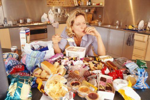 Yapılan bir çalışmaya göre, erkekler kadınlara göre iştahlarını kontrol etmede daha iyiler.  İştahı kişinin yemek yeme arzusu olarak tanımlayabiliriz. İştah tüm canlılarda bulunur ve metabolik ihtiyaçların sağlanması için yeterli enerjiyi düzenleme işini görür. Yemek yeme arzusunun ciddi olarak azalması durumu ise 'anoreksiya' olarak tanımlanır.   İştahın düzensiz olma hali bazı kişilerde yeme bozukluklarına sebep olabilir, anoreksiya nervosa ve bulimia nervosa veya çok fazla yeme, tıkınırcasına yeme gibi.