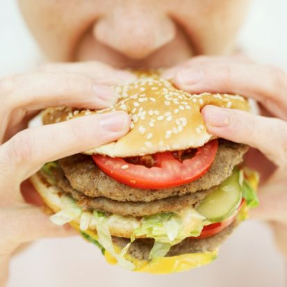 3. Porsiyonları değiştirmemeye özen gösterin. Son 10 yıldır restoranlarda daha büyük porsiyonlarda yemeye başladık, bu nedenle evde daha büyük porsiyonlar hazırlar olduk. Bu fazla porsiyonlar sağlığımız için iyi değil.