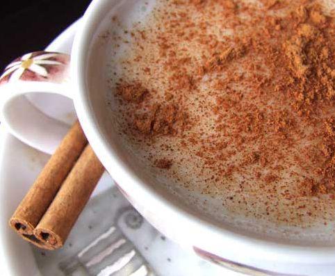 Kış aylarının en favori içecekleri: Salep ve boza  Soğuk kış günlerindeki favori içeceğimiz salebin; bağırsak çalıştırmada, öksürük ve bronşitte, bağışıklık sistemini güçlendirmede faydası vardır. Ancak içerdiği karbonhidrat ve şeker nedeniyla ölçülü tüketilmesi gerekir. 100 ml salep (1 çay bardağı) ortalama 80-90 kaloridir. Şeker içeriğinden dolayı diyabet hastalarının tüketmesi uygun değildir.