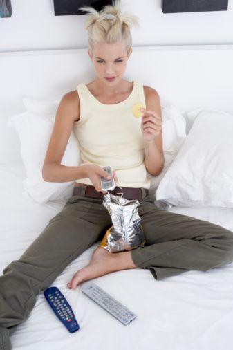 Havaların soğumasıyla birlikte metabolizmamız kendini koruma altına almak için enerji harcamak istemez ve yağ dokusunu korumayı tercih eder. Bu nedenle sürekli yeme hissi, özelliklede basit karbonhidrat içeren tatlı, şekerli, hamur işi gıdalara yönelim artar.  Gecelerin uzaması, hareketin azalması, evde geçirilen zamanın artması da eklenince abur cubur tüketimi iyice artar ve kış aylarında belirgin kilo artışı gözlenir. Genellikle kış aylarında birçok kişide gözlenen depresyon halinin artması da yeme eğilimini artırır.