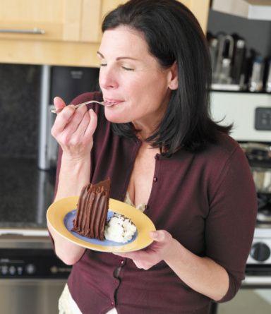 Basit karbonhidratlı gıdalar (tatlı, şeker, hamur işi, gofret, biksküvi vb) kan şekerinde ani değişiklikler yaratarak daha fazla tatlı isteğine sebep olabilir.   Onların yerine kompleks karbonhidratlı gıdaları (tam tahıllı ürünler, yulaf ezmesi, kuru meyveler, kepekli bisküvi, krakerler vb) tercih ederek, hem şeker-insülin seviyesini ayarlayabilir hem de daha az yağ ve kalori almış oluruz.